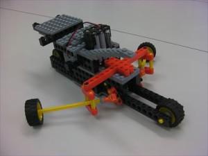モーターの力で左右のオールを漕ぎながら前に進むポート型のロポットです