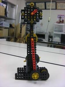 振り子の揺れで針が動く「振り子時計型ロボット」です