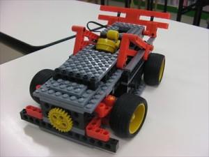 ステアリングを搭載し、カーブを描いて走る事ができる車型ロポット