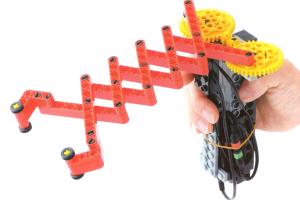マジックハンドのように、のびて物をつかむロボットです。ロッドを継ぎ足すことで、より長くなり、遠くの物をつかむことができます。 『のびーるハンド』の写真ファイルを添付していますので、ご参照ください。