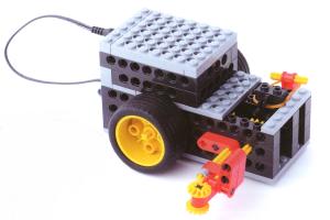 今回のロボットは壁に沿って動きます。 コーナーでは、壁から離れた時のギアの組み合わせが変わって曲がり、再び壁に沿って動きます。