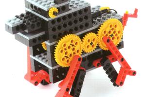 犬をモチーフにしたロボットです。 ギアの回転運動を足の動きに変えて動きます。