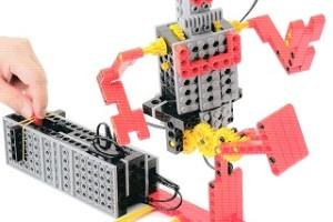 スイッチを操作して、キックが繰り出せるロボットです。