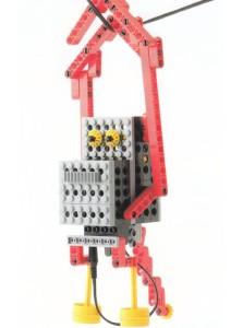 長い腕を使ってロープを渡るサル型ロボットです。