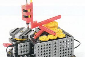 ギアの組み合わせによって様々な模様のコースターが作れるロボットです。