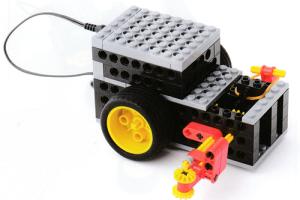 壁に沿って動く自動車型ロボットです。